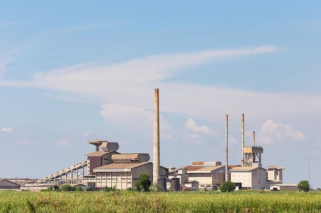 Planta industrial detrás de la pradera