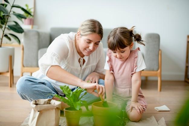 Planta de macetas para niños en casa como pasatiempo.