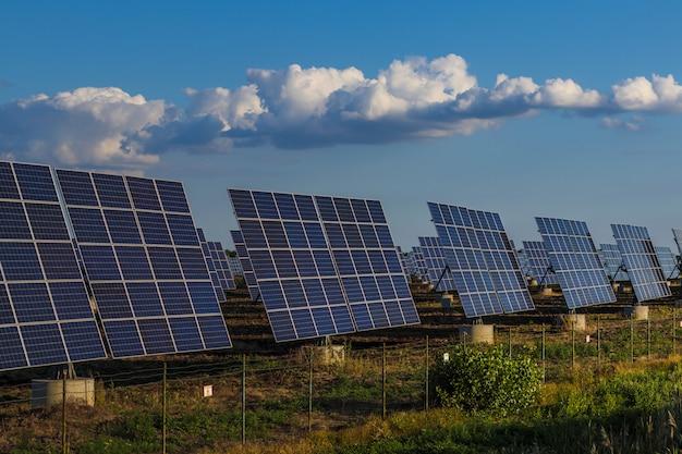 Planta de paneles de energía solar. energía solar fotovoltáica