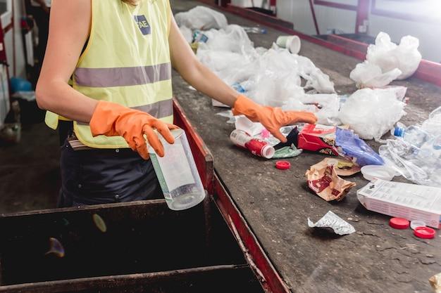Planta de reciclaje moderna. recogida selectiva de basura.