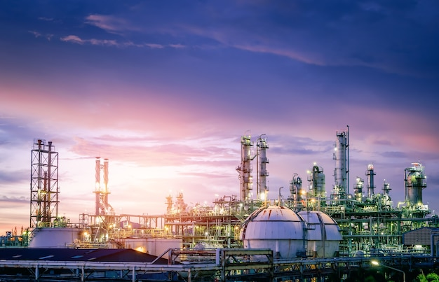 Planta de refinería de petróleo y gas al atardecer