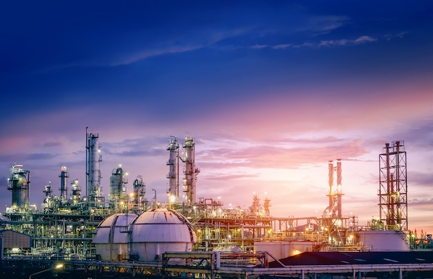 Planta de refinería de petróleo y gas o industria petroquímica en el cielo al atardecer, fábrica con tarde, fabricación de productos petroquímicos industriales
