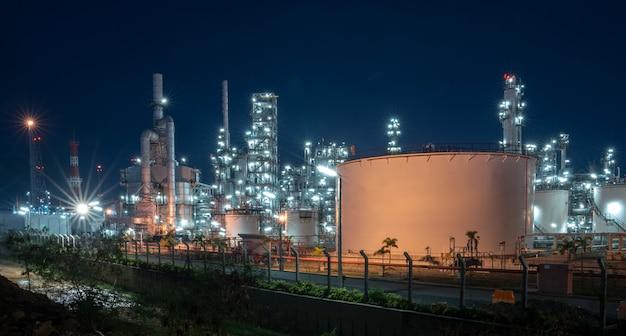 Planta de refinería petroquímica de petróleo durante el atardecer