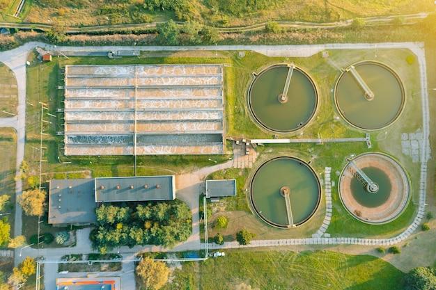 Planta de tratamiento de aguas residuales, fotografía aérea de ambientes contaminados
