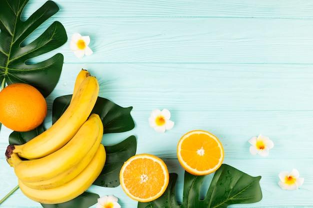 Planta verde tropical de frutas y hojas.