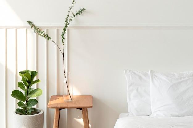 Plantas de interior por un colchón en el suelo.