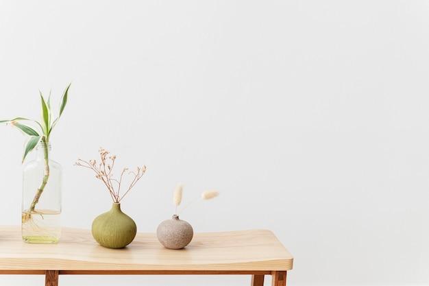 Plantas de interior en una mesa de madera