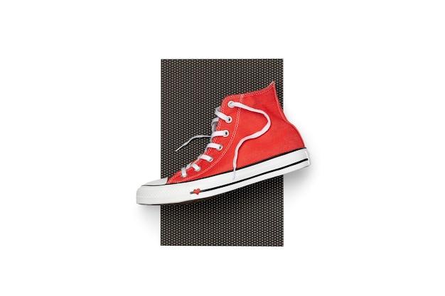 Plantilla con calzado de verano sobre fondo blanco. zapatillas de deporte rojas de vista superior endecha plana con espacio de copia. concepto de venta de compras de moda