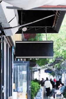 Plantilla de cartelera en entorno urbano