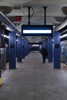 Plantilla de cartelera en estación de metro