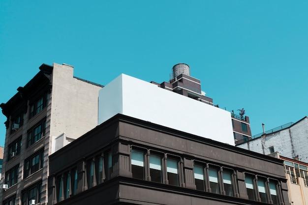 Plantilla de cartelera grande en edificio en ciudad