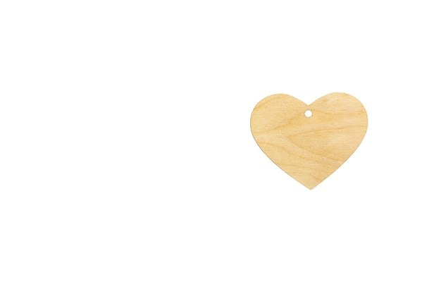 Plantilla de un corazón de madera con ranura para colgante sobre fondo blanco, aislar. mock up para invitación, día de san valentín, tarjeta de visita.