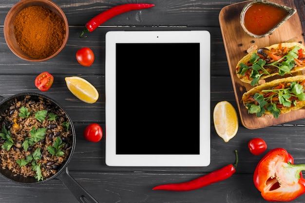 Plantilla flat lay de tableta con comida mejicana