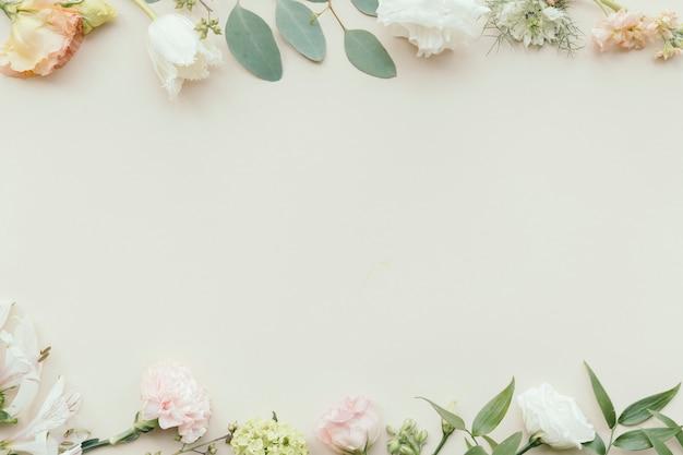 Plantilla de fondo de patrón de flor fresca en blanco