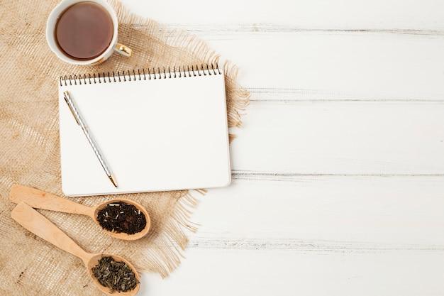 Plantilla de libreta en flat lay con concepto de té