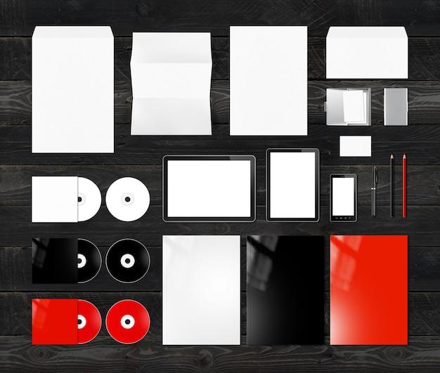 Plantilla de maqueta de diseño de identidad de marca, aislada en madera negra