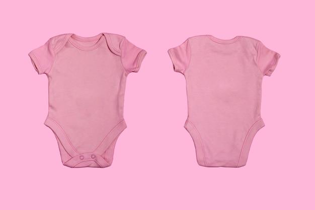 Plantilla de mono de bebé en blanco rosa, maqueta de primer plano aislado sobre fondo rosa. anverso y reverso. body de bebé, mono para recién nacidos. vista desde arriba