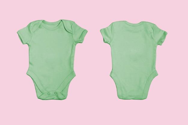 Plantilla de mono de bebé en blanco verde, maqueta de primer plano sobre fondo rosa. anverso y reverso. body de bebé, mono para recién nacidos. vista desde arriba