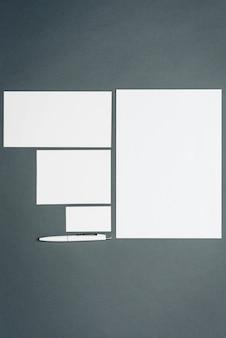 Plantilla de negocios con tarjetas, papeles, bolígrafo.