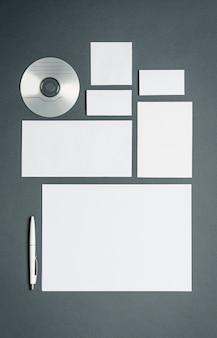 Plantilla de negocios con tarjetas, papeles, disco