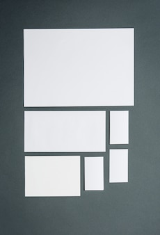 Plantilla de negocios con tarjetas, papeles. espacio gris.
