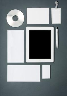Plantilla de negocios con tarjetas, papeles, tabletas.