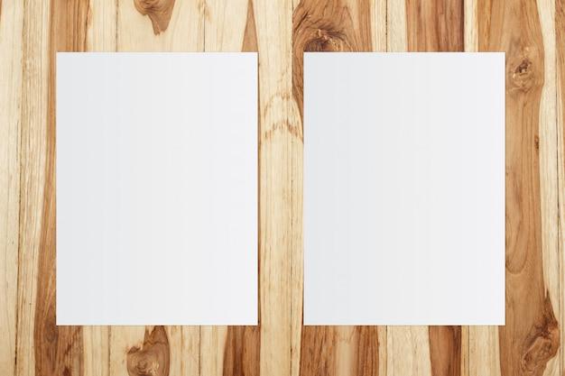 Plantilla de papel blanco sobre fondo de madera