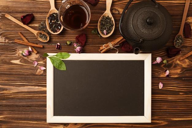Plantilla de pizarra en flat lay con concepto de té
