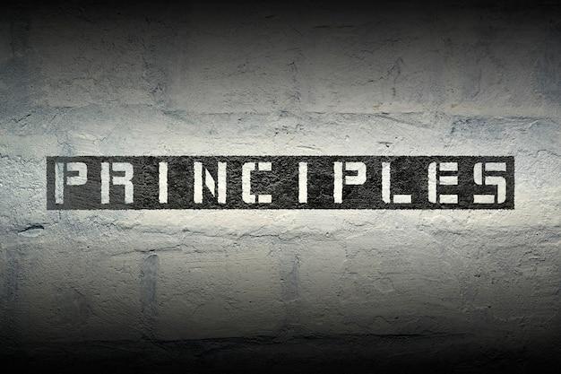 Plantilla de principios impresa en la pared de ladrillo blanco grunge