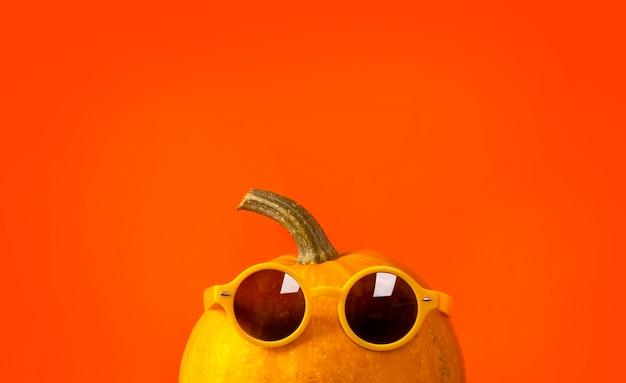 Plantilla de rebajas de otoño. día de acción de gracias o fondo de halloween con calabaza con gafas de sol.