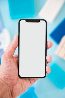 Plantilla de smartphone con productos de limpieza en el fondo