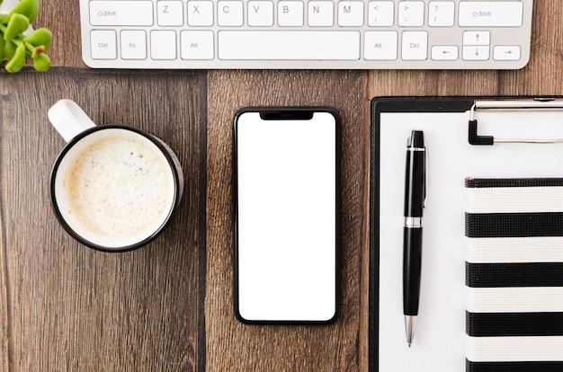 Plantilla de smartphone en vista superior encima de espacio de trabajo