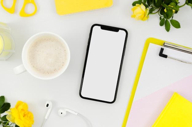 Plantilla de smartphone de vista superior encima de espacio de trabajo
