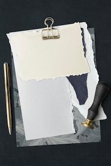 Plantillas de papel rasgado en blanco con un clip