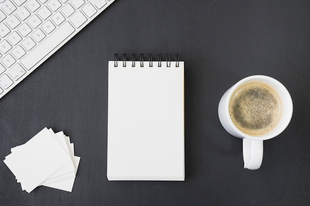Plantillas de tarjeta de visita y libreta con café y teclado