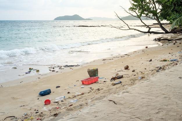 Plástico derramado en la playa. concepto de problema ecológico