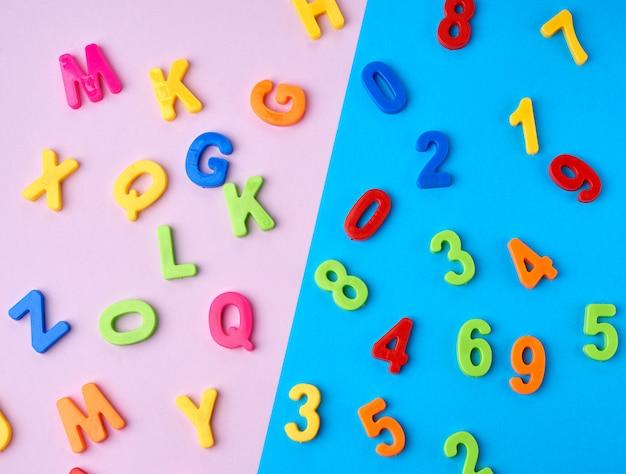 Plásticos multicolores números y letras del alfabeto inglés