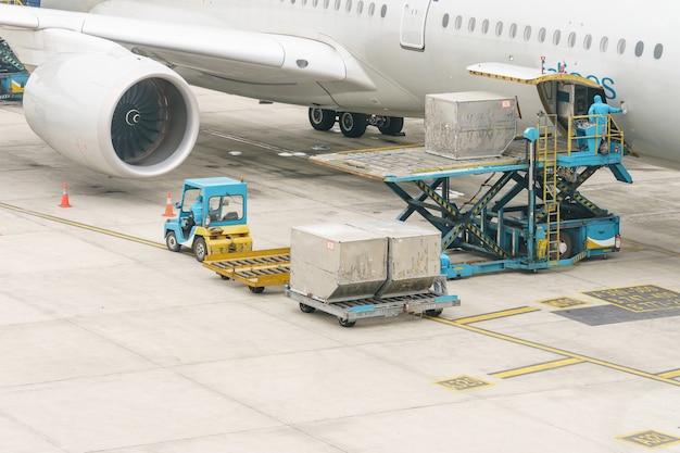 Plataforma de carga de flete aéreo a la aeronave. alimentos para los servicios de facturación y el equipo de vuelo listos antes de abordar el avión.
