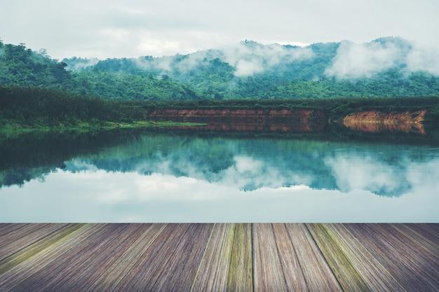 Plataforma junto al lago, selvas tropicales en tailandia.