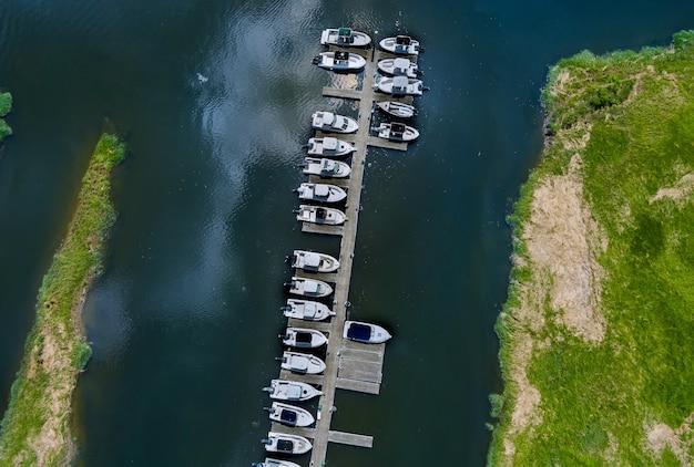 Plataforma de madera de panorama de vista aérea para barco en el océano little pier marina