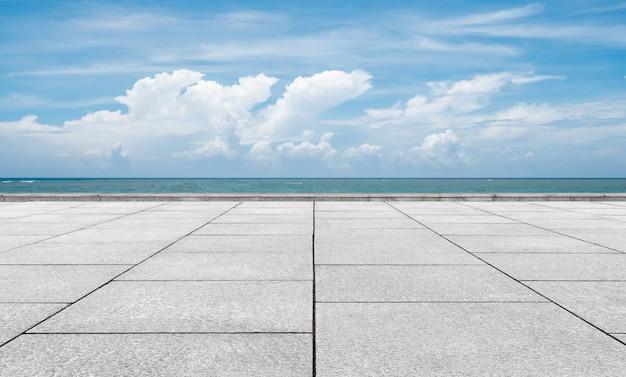 Plataforma de mármol en la costa.