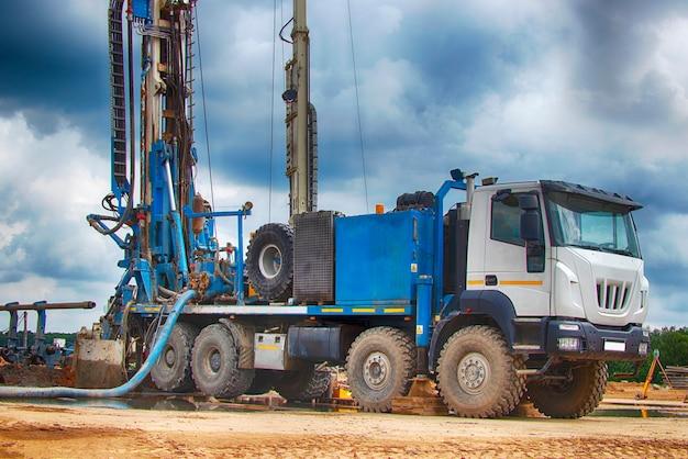 La plataforma de perforación. perforando pozos profundos en las entrañas de la tierra. industria y construcción. exploración de minerales: petróleo, gas y otros recursos.