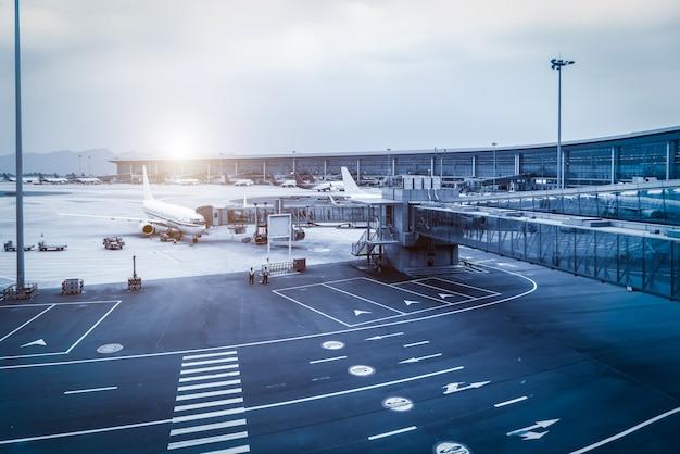 Plataforma de pista del aeropuerto y edificio terminal