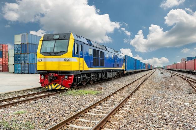 Plataforma de tren de carga con contenedor de tren de carga en depósito en uso portuario para logística de exportación