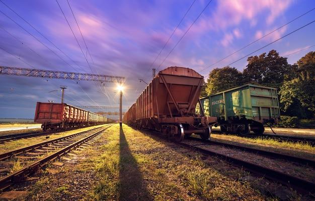 Plataforma del tren de carga en la noche. ferrocarril en ucrania. estación de ferrocarril
