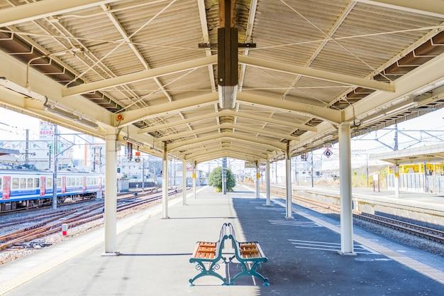 Plataforma vacía en la estación de kioto