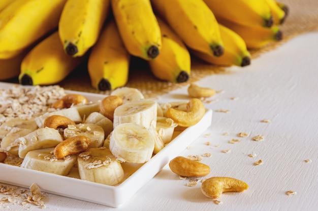Plátano y avena en un plato y sobre la mesa
