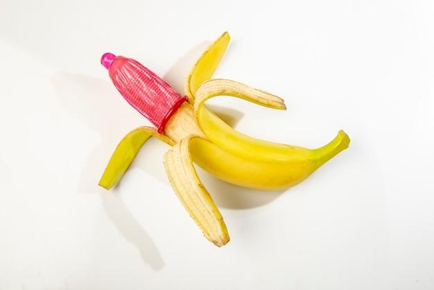 Plátano con condón rojo.