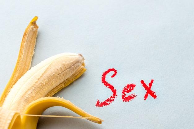 Plátano y la inscripción sexo. concepto de sexo oral.
