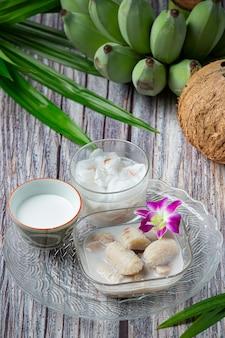 Plátano en leche de coco, postres tailandeses tradicionales asiáticos, postres tailandeses.